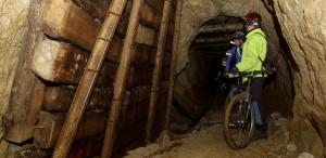 Neuer Trend Stollebiken: Mountainbike-Touren durch enge Grubenschächte hunderte von Metern unter der Erde. Bildquelle: Stollenbiken.at