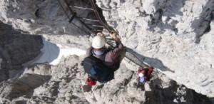 In der Brenta/Dolomiten. Die  Klettersteige hier haben viele Leitern. Im Gegensatz zur Haushaltsleiter  ist man gesichert – wenn man es richtig macht!  Foto: tb