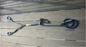 Klettersteigset in Y-Form: Links die Karabiner, in der Mitte der  Falldämpfer mit Einbindeschlaufe für den Gurt, rechts das Restseil