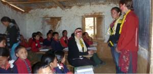 Voluntourism in Nepal: Freiwillige Helfer und Praktikanten unterrichten unter anderem an einer Schule in den Bergdörfern.