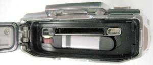 HDMI-Anschluss und Olympus-eigenes USB-System. Den Akku kann man auch verkehrt einsetzen und verriegeln.