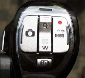 Wenige Knöpfe: Die Auslöser der Panasonic HX-WA10 sind mit dem Daumen zu bedienen