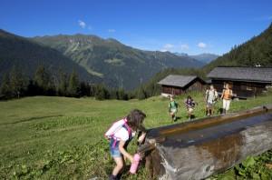 Willkommene  Erfrischung beim Wandern mit der ganzen Familie. Quelle:  MontafonTourismus, Foto: Edi Gröger