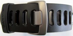 Das Armband des Garmin Forerunner 610 ist breit gelöchert. Das sorgt für viele Verstellmöglichkeiten und eine gute Belüftung.