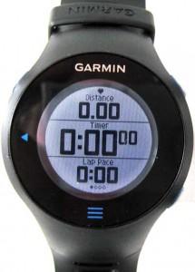 Das beleuchtete Touchscreen-Display des Garmin Forerunner 610.