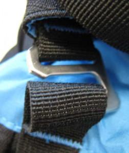 Die Tension Lock Schnallen am Deckelfach des Blue Ice 30L haken sich bei geöffnetem  Deckel ab und an aus.