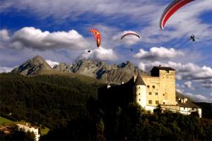 Beim Paragliding im Tiroler Oberland können Besucher die Region   aus der Vogelperspektive bewundern.    Foto: © ActionPoint Nauders