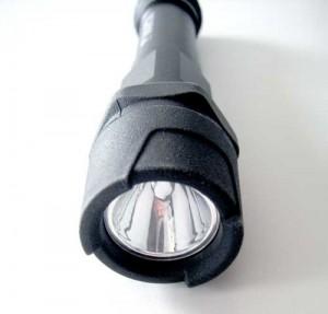 Ein gummierter Lampenkopf schützt die 1 Watt Cree XP-C LED