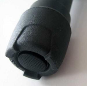 Der gummierte Druckknopf schaltet abwechselnd in den hellen und dunklen Modus. Leider findet sich keine Öse zur Befestigung einer Kordel.