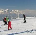 Ski-Erlebnis für Groß und Klein: Mit der Kurzskimethode haben nun auch Erwachse die Chance, rasch ins Skifahren einzusteigen.