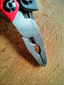 Die Zange greift sauber und präzise. Der integrierte Drahtschneider ist nur für dünne, weiche Drähte geeignet.